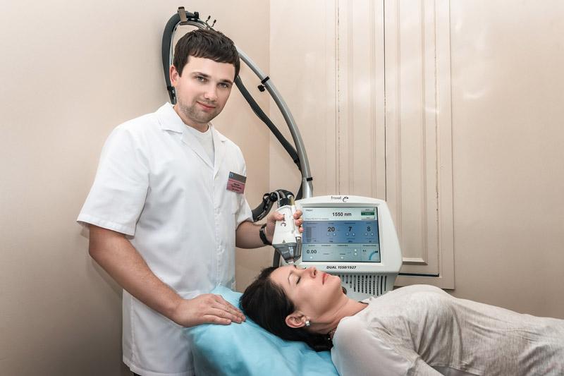 Медсестра выполняет массаж простаты
